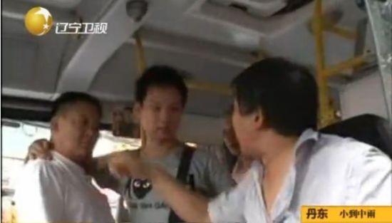公交司机因老人下车速度慢对其辱骂