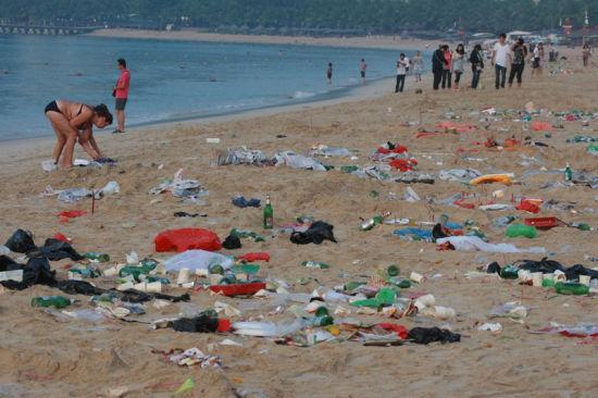 三亚海滩游客赏月后变垃圾场留下50吨垃圾