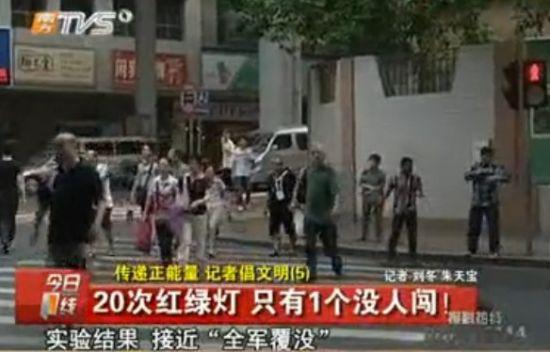 记者街头拍摄中国式过马路