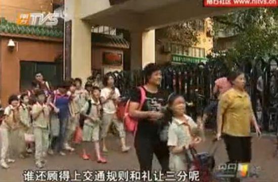 直击中国式接送孩子 校门变集市