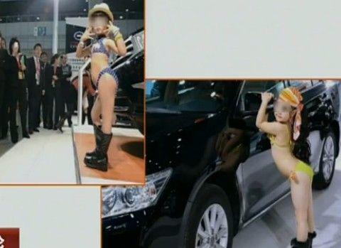 女童车模穿比基尼亮相现场 引发争议