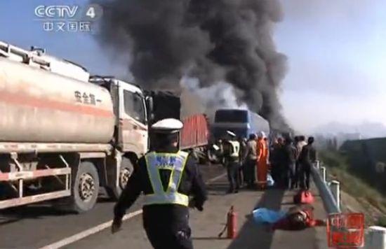 沪昆高速69辆车连环相撞致9人遇难现场