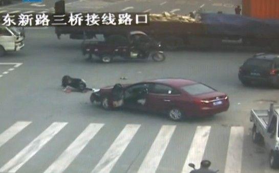 女司机误操作被甩出车外