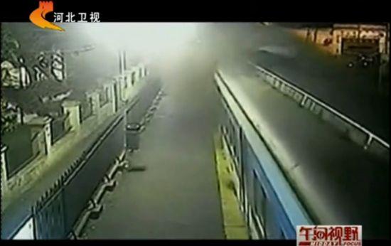 视频:监控拍下火车迎面相撞惊险一幕