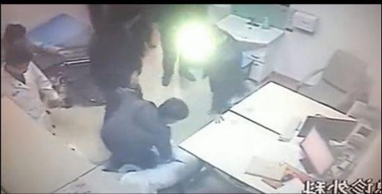 视频:监拍医院医生遭壮汉围殴踩头暴打