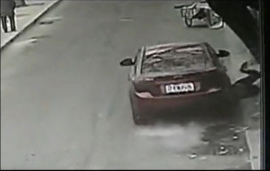 视频:小车疯狂碾压路边男女 现场惨不忍睹