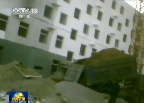 记者质疑麻刚沙盖楼 老板称中国人不怕悬