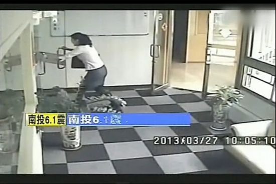 视频:监拍台湾地震女员工吓到腿软