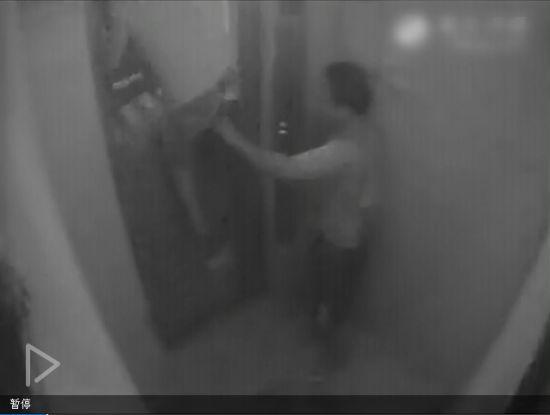 监拍电梯夹人瞬间