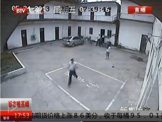 视频:男子打劫银行 抢走十几万点钞纸
