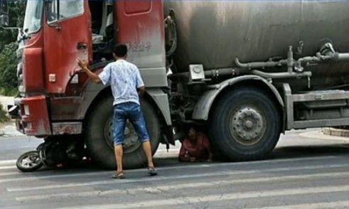 女子遇车祸被卡车轮央求司机别碾死我