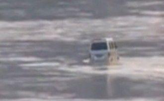 洪峰过境淹没汽车