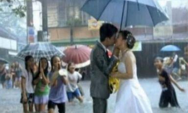 武汉暴雨堵迎亲车队新郎狂奔20公里迎新娘