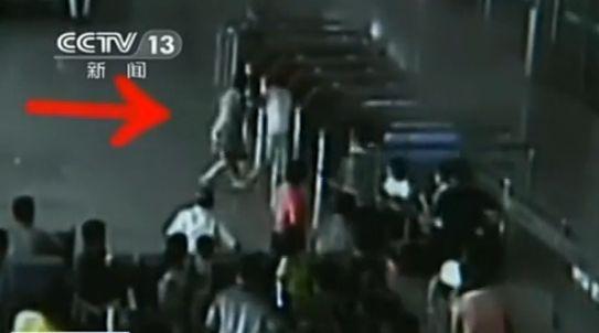 视频:实拍高铁大厅强悍大妈挥拳击倒弱贼