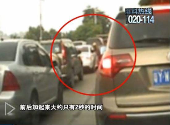 视频:实拍轿车等红灯时遭歹徒砸车窗抢劫