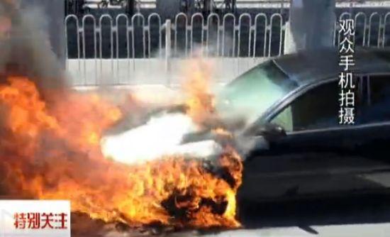 视频:实拍高温天奥迪车马路上自燃