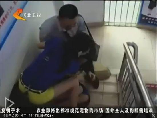 视频:实拍女记者采访被推下楼梯尖叫