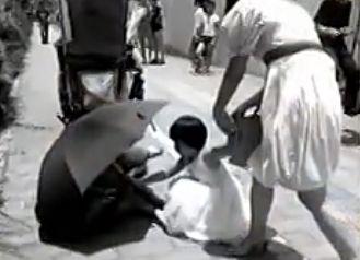 视频:女孩为清洁工撑伞策划称想炒作出名