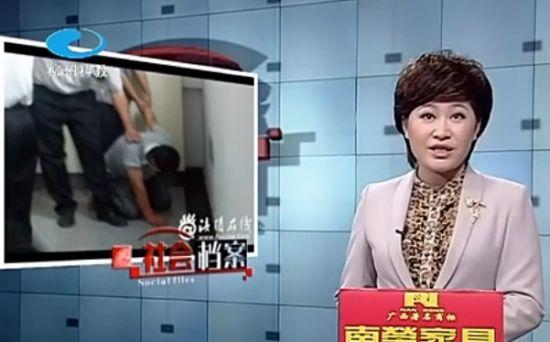 """重庆一男子""""潜伏""""女厕所偷拍被抓现行"""