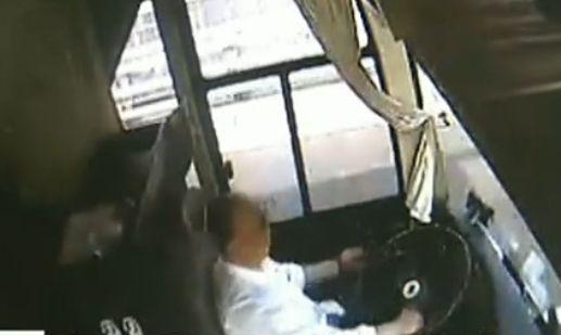 实拍司机开车看手机致多人被瞬间甩出