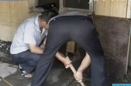 视频:孕妇入厕时突产子 婴儿掉进化粪池