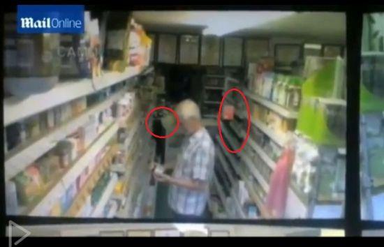 监控拍到英国超市幽灵 茶叶袋飘起后掉落