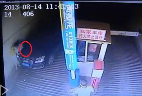 监拍女司机夹死男婴拒下车 众人将车抬走