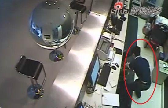 监拍女收银员与持刀抢劫歹徒搏斗一幕