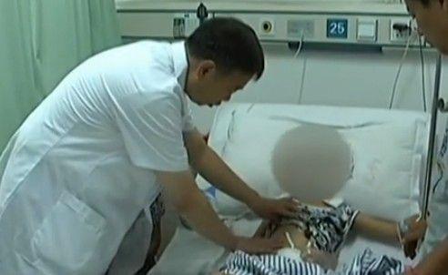 视频:8岁男孩直肠被喷泉击穿