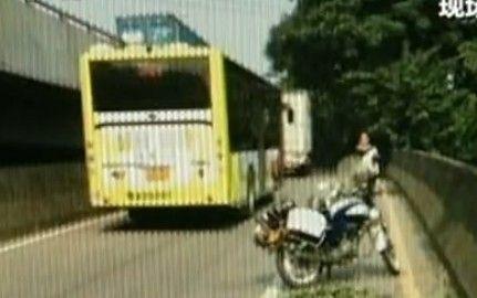 视频:司机不满处分撞路人