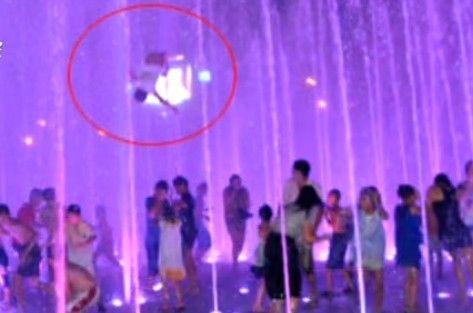 湖北男孩被喷泉冲上2米高空