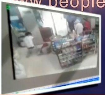 视频:实拍警察目睹少女被狂徒捅死
