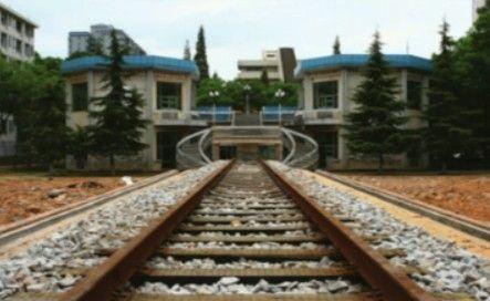 湖南高校铺火车轨道直通教学楼