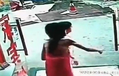 视频:实拍卖淫女裹浴巾追贼