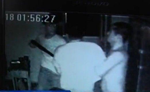 视频:半夜起争执 菜刀大战猎枪