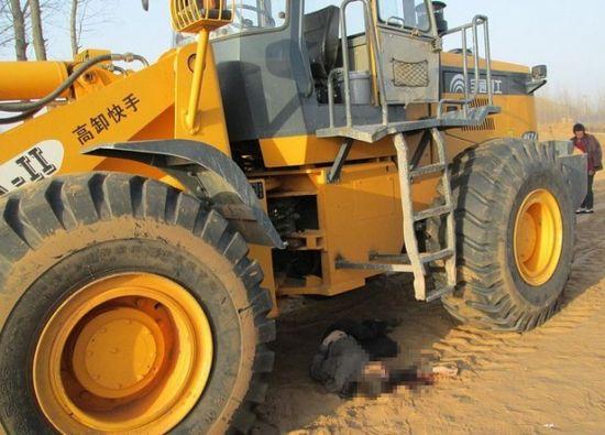 视频:4岁女童遭拆迁推土机碾倒致死