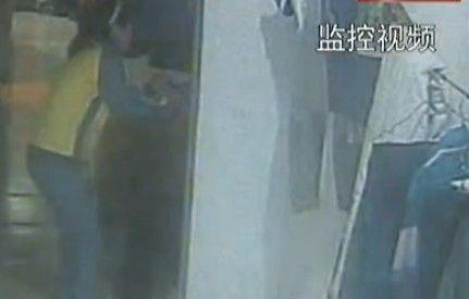 监拍男子求复合遭拒持刀捅伤前女友