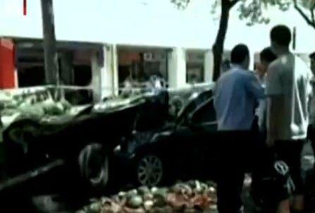 视频:当街割喉案嫌犯墓地上吊自杀