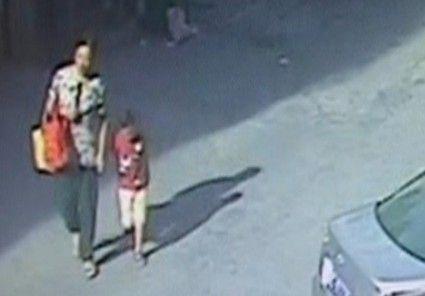 视频:车祸瞬间阿姨护邻居孩子身亡