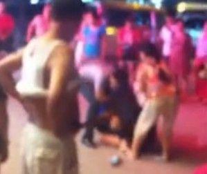 视频:闹市街头原配与小三当众厮打