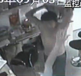 监拍半裸男吸毒后强占便利店暴打店员