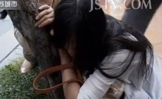 视频:年轻女孩当街割腕 称自己好累