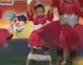 视频:小女孩演出遇意外 淡定演完全场