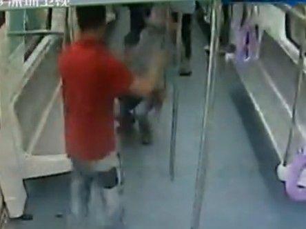 地铁上男子突然发飙 手持钢管疯狂打砸