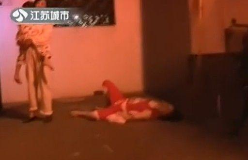 夫妻因琐事冲突 妻子抱着5岁女儿跳下楼