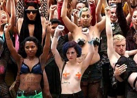 美国举行荡妇游行反性侵 豪放半裸