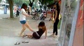 视频:暴力女当街狂踹女伙伴