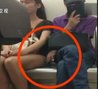 视频:成都美女连遭摸腿怒抽猥琐男
