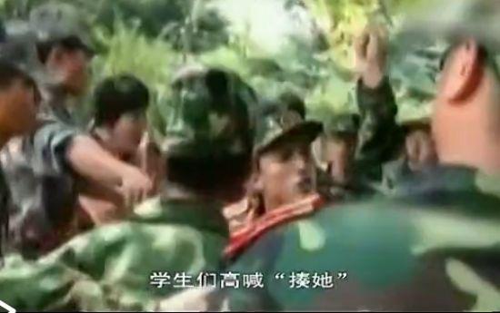女教师撞军训学生后态度嚣张被围攻