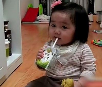 萌宝宝吃牛奶地瓜